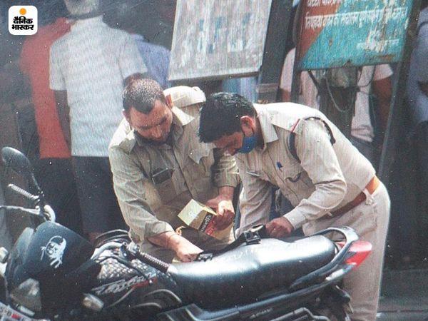 दुकानें खुलीं तो पुलिसकर्मी भी पीछे नहीं रहे। मेरठ में दिल्ली रोड स्थित ठेके से शराब खरीदते पुलिस वाले।