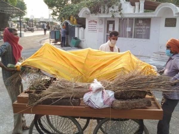 In Shamli the carriage of garbage is being carried in Gorakhpur by handcuffs, in Lalitpur, the dogs are draining the half-dead bodies. | शामली में कूड़े की गाड़ी से तो गोरखपुर में ठेले से ढोए जा रहे शव, ललितपुर में कुत्ते नोच रहे अधजली लाशें - WPage - क्यूंकि हिंदी हमारी पहचान हैं
