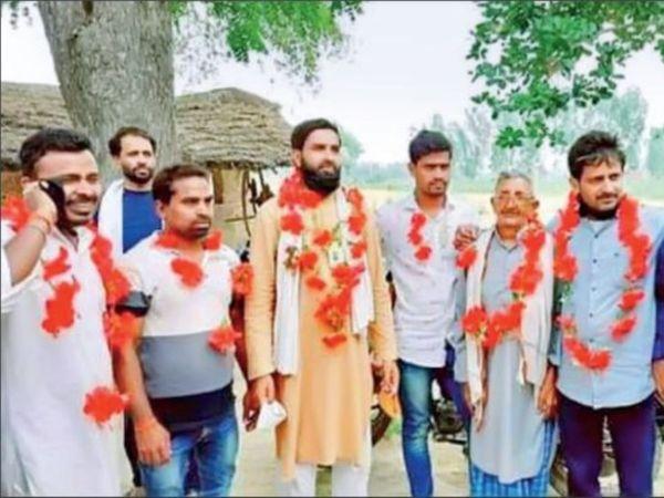 हिंदू बहुल राजनपुर पंचायत के लोगों ने अपना प्रधान गांव के इकलौते मुस्लिम परिवार के मुसलमान जिन्हें 200 में से 173 वोट हिंदुओं के मिले हैं। - Dainik Bhaskar
