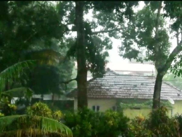 केरल के कोटयाम में तेज बारिश हुई। राज्य में 15 मई को तेज बारिश की आशंका जताई गई। कुछ जिलों में येलो अलर्ट जारी किया गया।