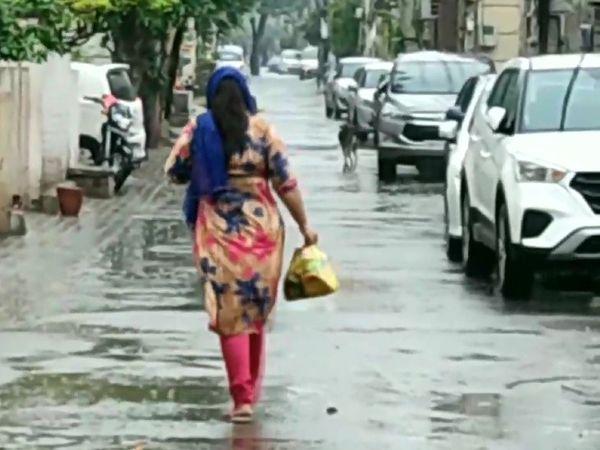 पंजाब के लुधियाना में भी अचानक से मौसम बदल गया। गुरुवार को यहां हल्की बारिश हुई।