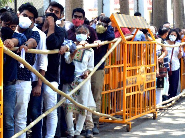 मुंबई में सोशल डिस्टेंसिंग का नियम तोड़ते हुए लोग इस तरह से वैक्सीनेशन की लाइन में लगे हैं।