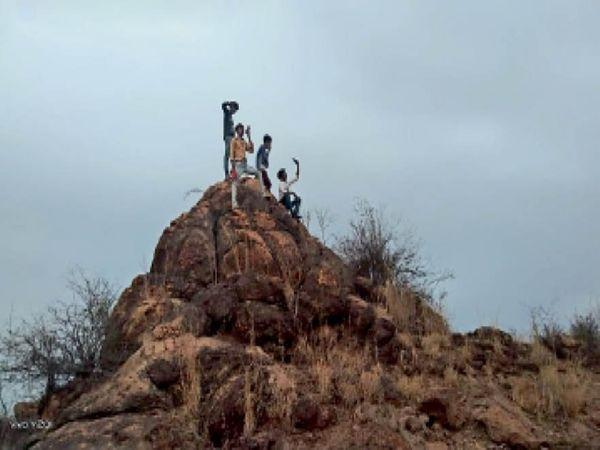 न कॉल लगती है और न ही इंटरनेट आता है, स्थानीय लोगों का कहना है कि उन्हें मोबाइल नेटवर्क के लिए उन्हें रोजाना मिट्टी के ऊंचे टापुओं पर जाना पड़ता है। - Dainik Bhaskar