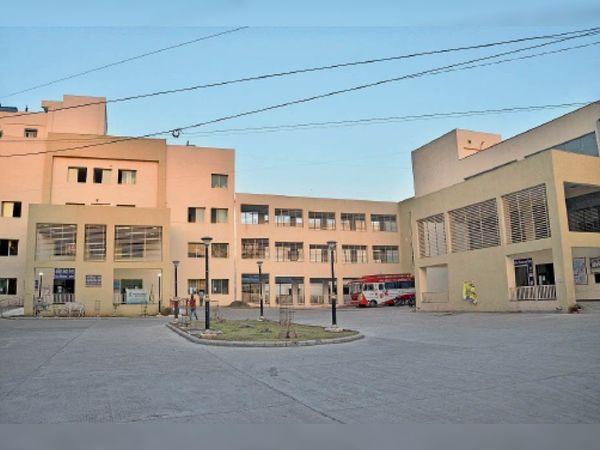 जिला अस्पताल के ए-ब्लॉक में कोरोना मरीजों के लिए बना है आइसोलेशन वार्ड। - Dainik Bhaskar