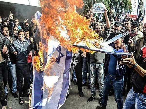 इजराइल के खिलाफ विरोध प्रदर्शन करते लोग।