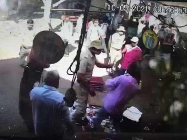 यह घटना मौके पर लगे CCTV कैमरे में कैद हुई है। वीडियो के आधार पर मामले की जांच का आदेश दे दिया गया है। - Dainik Bhaskar