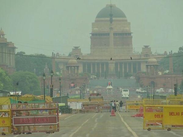 दिल्ली के भी कई इलाकों में आज सुबह तेज हवाओं के साथ हल्की बारिश हुई। तस्वीर राष्ट्रपति भवन के सामने की है। - Dainik Bhaskar