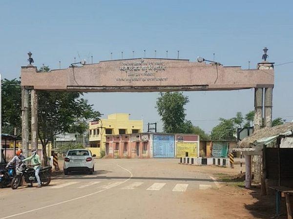 रायपुर शहर से गरियाबंद के बीच ये हाइवे पर है।