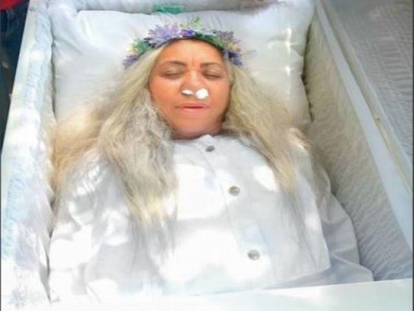 चिली के सैंटियागो की 59 वर्षीय महिला ने रचा खुद के अंतिम संस्कार का नाटक। - Money Bhaskar
