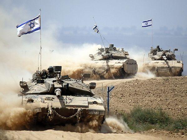 इजराइली आर्मी के जमा होने के बाद गाजा पट्टी के आस-पास रहने वाले लोगों ने घर खाली करे शुरू कर दिए हैं। - Dainik Bhaskar