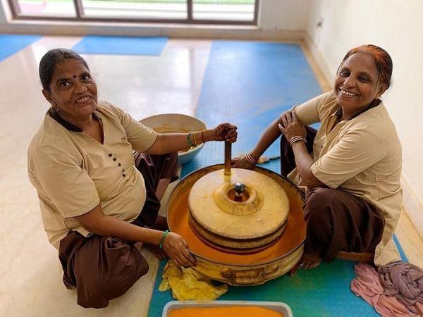 अद्विका के घर काम करने वाली पार्वती मसाले तैयार करने के काम से हर महीने 7 से 8 हजार रुपए कमा लेती है।