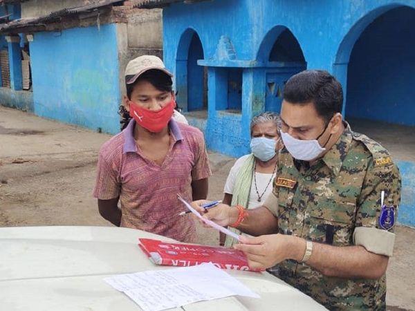 गांव में जिन परिवारों के घर पर शादी की जानकारी मिल रही है, उनकी जानकारी थाने के स्टाफ रख रहे हैं।