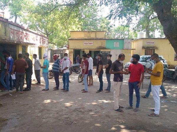 पलामू के हरिहरगंज में स्वास्थ्य केंद्र पर सुबह से ही युवाओं की भीड़ दिख रही है।