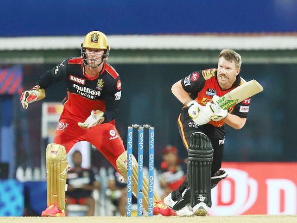 बेंगलुरु के खिलाफ मैच के दौरान वॉर्नर। उन्होंने इस सीजन में 6 मैच में 32.16 की औसत और 110.28 के स्ट्राइक रेट से 193 रन बनाए। इसमें 2 फिफ्टी भी शामिल है।
