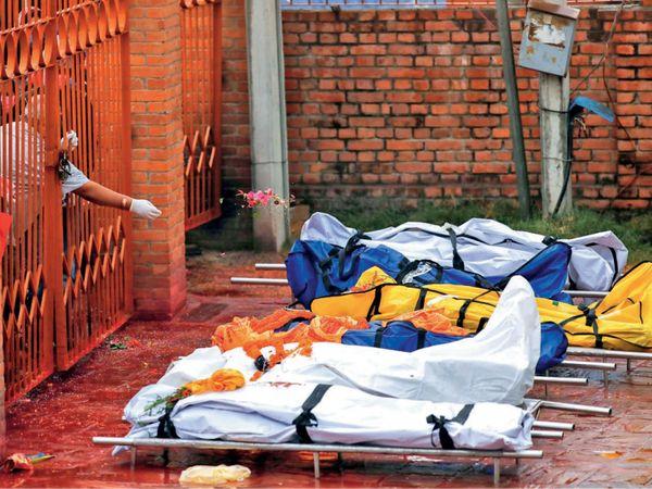 अस्पताल में बिस्तर पाने के लिए लोग मरीजों की मौत होने का इंतजार कर रहे। - Dainik Bhaskar