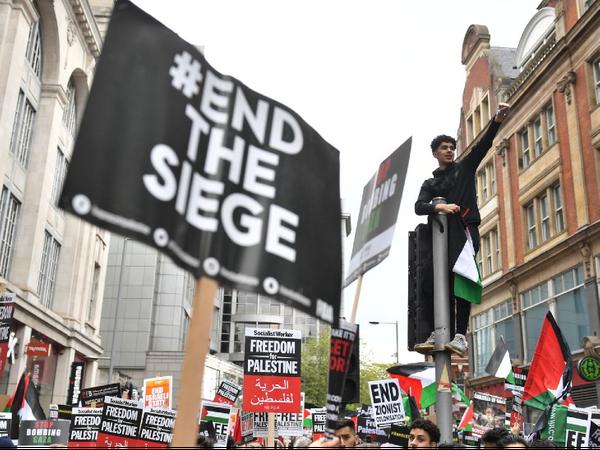 लंदन में प्रदर्शनकारियों ने इजराइल के विरोध में फ्री फिलिस्तीन के नारे लगाए। - Dainik Bhaskar