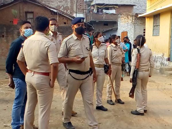 घटनास्थल पर जांच में जुटी पुलिस। - Dainik Bhaskar