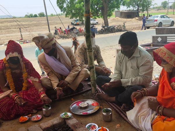 इंदौर जिले में शादी पूरी तरह प्रतिबंधित है, लेकिन गांवों में शादियां हो रही हैं। फोटो मानपुर से सटे गिट्टीफोड़ा गांव की है।