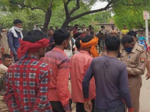 गांव वालों से पूछताछ करती पुलिस।