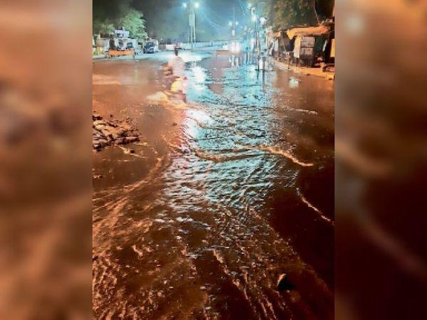 बहोड़ापुर रोड पर पाइप लाइन फूटने से करीब एक लाख लीटर पानी बह गया। इस कारण 10 इलाकों में पानी की सप्लाई नहीं होगी। - Dainik Bhaskar