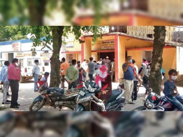 जिला अस्पताल में जांच कराने भीड़ ने सोशल डिस्टेंस तोड़ा। - Dainik Bhaskar
