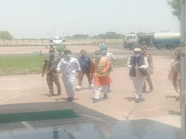 एयरपोर्ट पर सीएम शिवराज सिंह, राज्यसभा सांसद ज्योतिरादित्य सिंधिया और मंत्री विश्वास सारंग। - Dainik Bhaskar