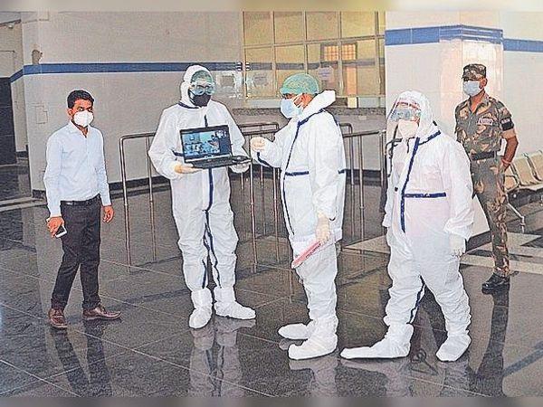 सीएम को लैपटॉप लेकर आइसोलेशन वार्ड में व्यवस्थाएं दिखाते डॉक्टर। - Dainik Bhaskar