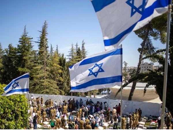 13 अप्रैल को इजराइल ने मेमोरियल डे मनाया। यह दिन उन लोगों की याद में मनाया जाता है, जिन्होंने इजराइल को अलग मुल्क बनाने के सफर में शहादत दी।