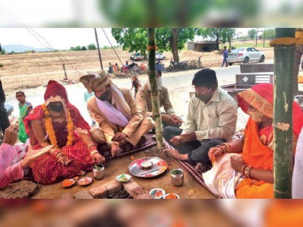 इंदौर जिले में शादी पूरी तरह प्रतिबंधित है लेकिन ग्रामीण क्षेत्र में शादियां हो रही हैं। फोटो मानपुर से सटे गिट्टीफोड़ा गांव का है। - Dainik Bhaskar