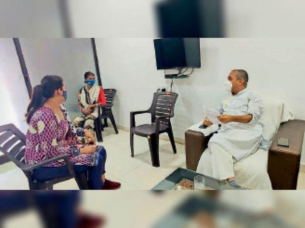 विधायक शैलेश पांडेय से मिलने गए सरकारी आवास के रहवासी। - Dainik Bhaskar