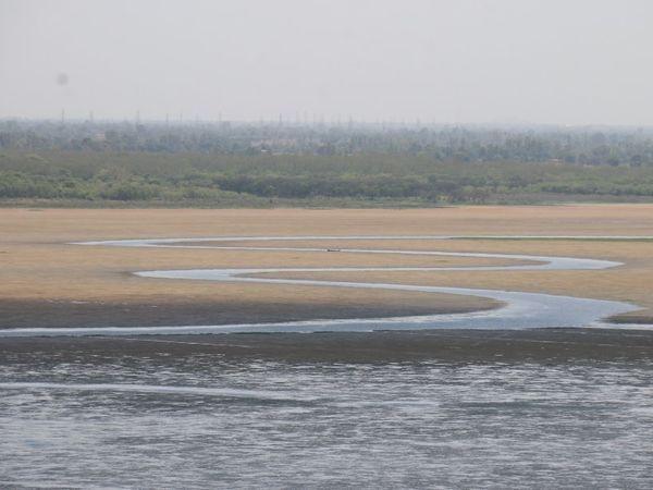 मई माह में ही सीहोर में नदी सूखने लगी है।