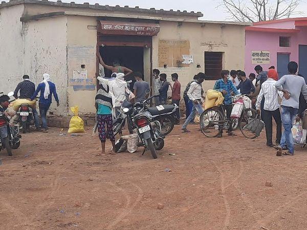 राशन की दुकान चलाने वाले कहते हैं कि यहां से चार गांव के 735 परिवारों को राशन बंटता है, लेकिन इस बार स्टॉक ही लेट मिला, इसलिए भीड़ लग रही है।