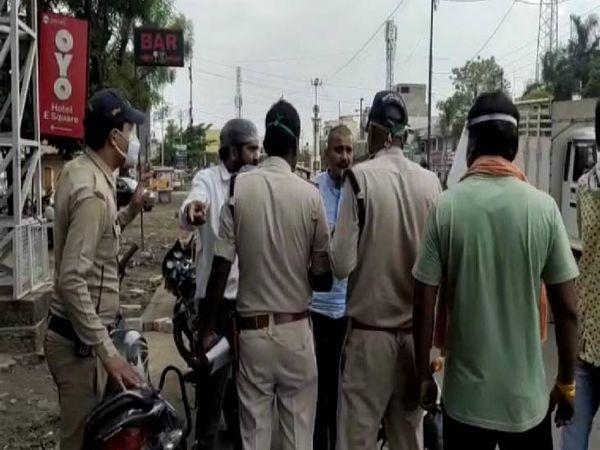 नाराज बीजेपी मंडल पदाधिकारियों का मनुहार करती पुलिस।