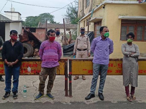 पुलिस गिरफ्त में अवैध वसूली करने वाले आरोपी। - Dainik Bhaskar