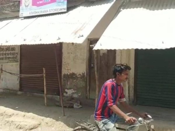 गांव में बंद पड़ी दुकाने।