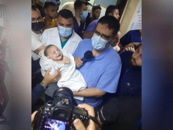 शनिवार को गाजा पट्टी में एक घर के ऊपर हुए इजराइली हमले के बाद एक बच्चे को सुरक्षित निकाला गया। जबकि 6 बच्चों की मौत हो गई।