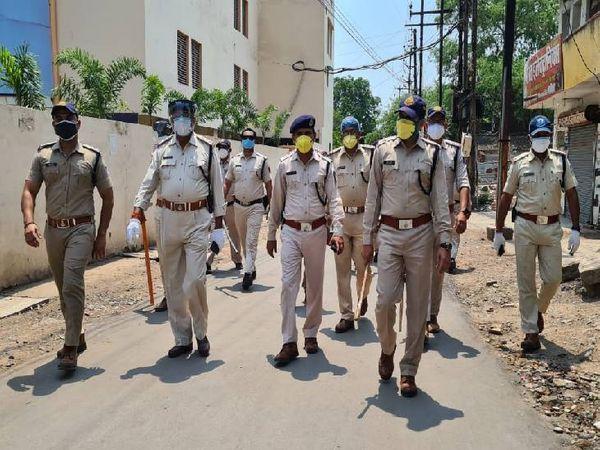 शहर में पैदल मार्च निकालती रीवा पुलिस। - Dainik Bhaskar