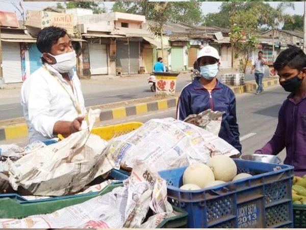 सज्जन मिल रोड फोरलेन पर सब्जी जब्त करता अमला। - Dainik Bhaskar