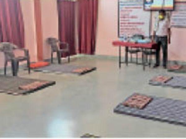 जासलपुर में कोविड सेंटर बनाए जाने के साथ ही लोगों को भी किया जा रहा सैनिटाइज। - Dainik Bhaskar