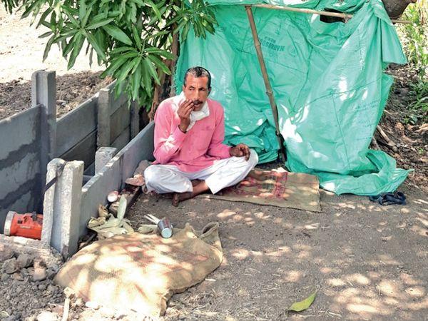रामलाल मीणा ने संक्रमण से बचने के लिए खेत में ही बसेरा बना लिया। - Dainik Bhaskar