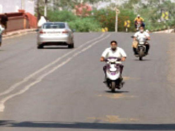 पड़ाव पुल से गर्मी के बीच निकलते वाहन चालक। - Dainik Bhaskar