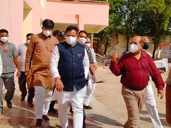 छात्रावास में संक्रमित मरीजों से मुलाकात करने के बाद लौटते सहकारिता मंत्री अरविंद सिंह भदौरिया व प्रभारी मंत्री ओपीएस भदौरिया। - Dainik Bhaskar