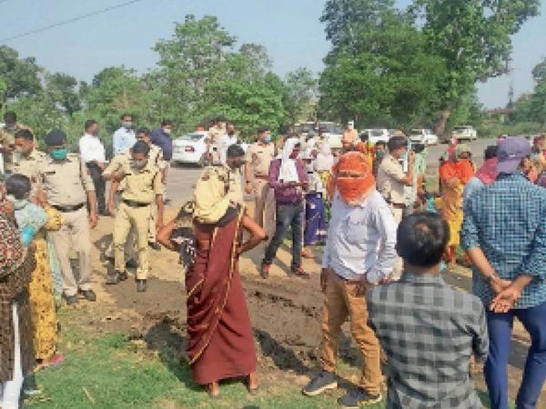 मौके पर जुटी ग्रामीणों की भीड़, मोर्चा संभाले पुलिस जवान। - Dainik Bhaskar
