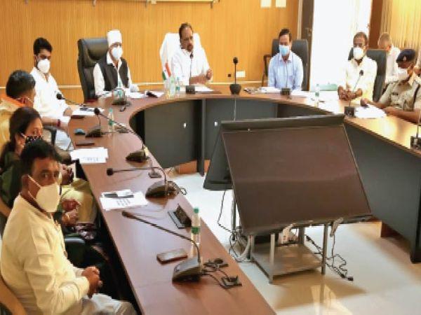 बैठक में अधिकारियों को निर्देश देते कोविड प्रभारी मंत्री गोपाल भार्गव। - Dainik Bhaskar