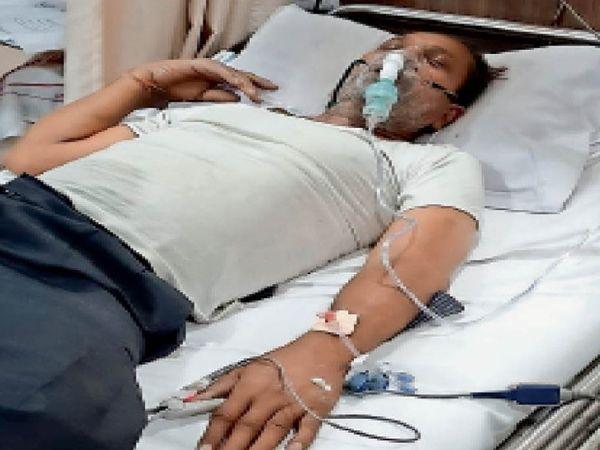 प्रगति अस्पताल में इलाज के दौरान सुरेश पोद्दार। - Dainik Bhaskar