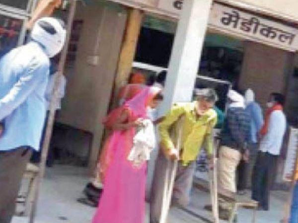 सरकारी डॉक्टर के निजी क्लिनिक पर लगी मरीजों की भीड़