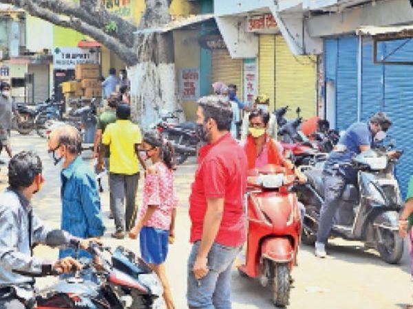 शनिचरी बाजार में खरीदी करते लोगों ने सोशल डिस्टेंसिंग का पालन किया ही नहीं। एक ही स्थान पर भीड़ रही। - Dainik Bhaskar