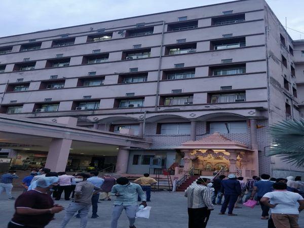 छलांग लगाने के बाद अस्पताल के बाहर जुटी भीड़। - Dainik Bhaskar