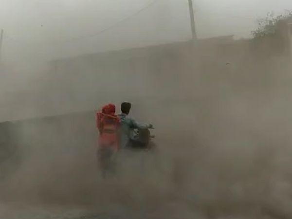 तूफान से पहले सुरेंद्रनगर जिले की सायला तहसील में धूल भरी आंधी चली।