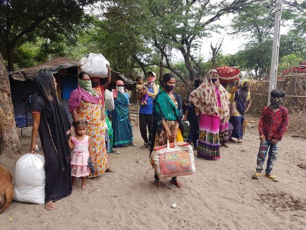 जरूरी सामान के साथ बच्चों को गोद में लेकर पैदल ही रवाना हो रहे लोग।